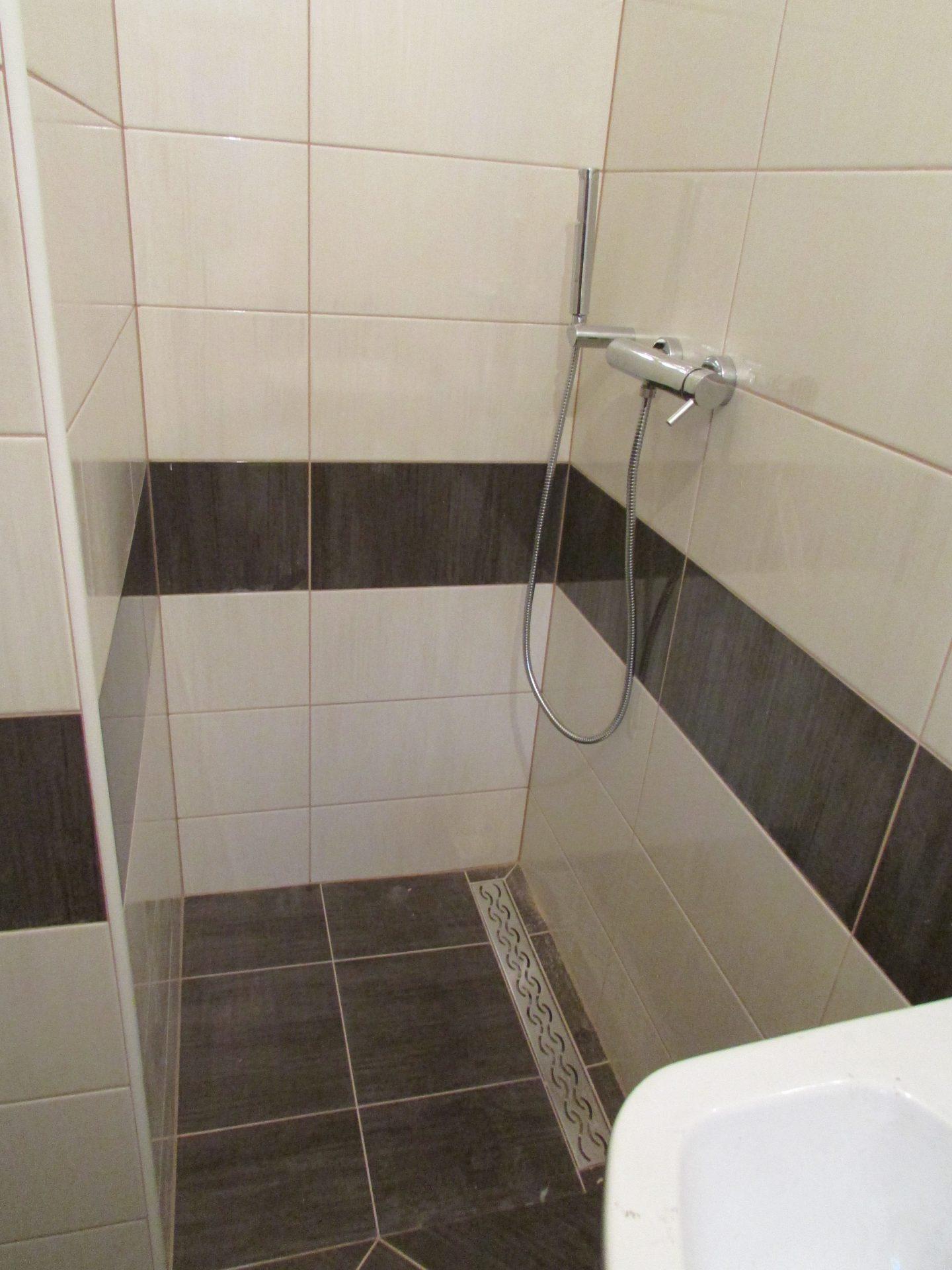 Polaganje ploščic v kopalnici 18