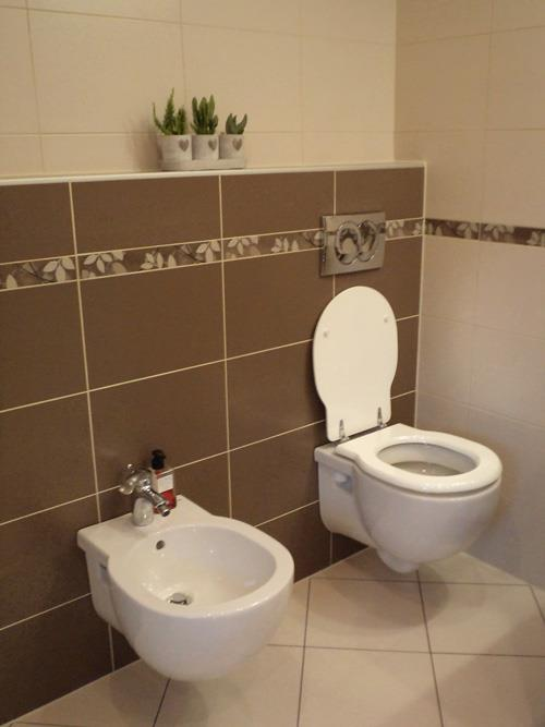Polaganje stenskih ploščic v kopalnici.