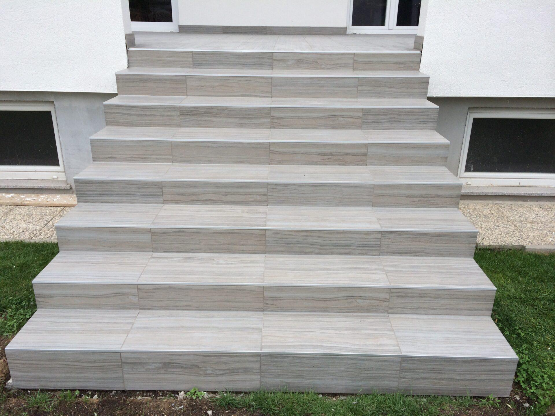 Polaganje talnih ploščic na stopnice, ki gredo na teraso