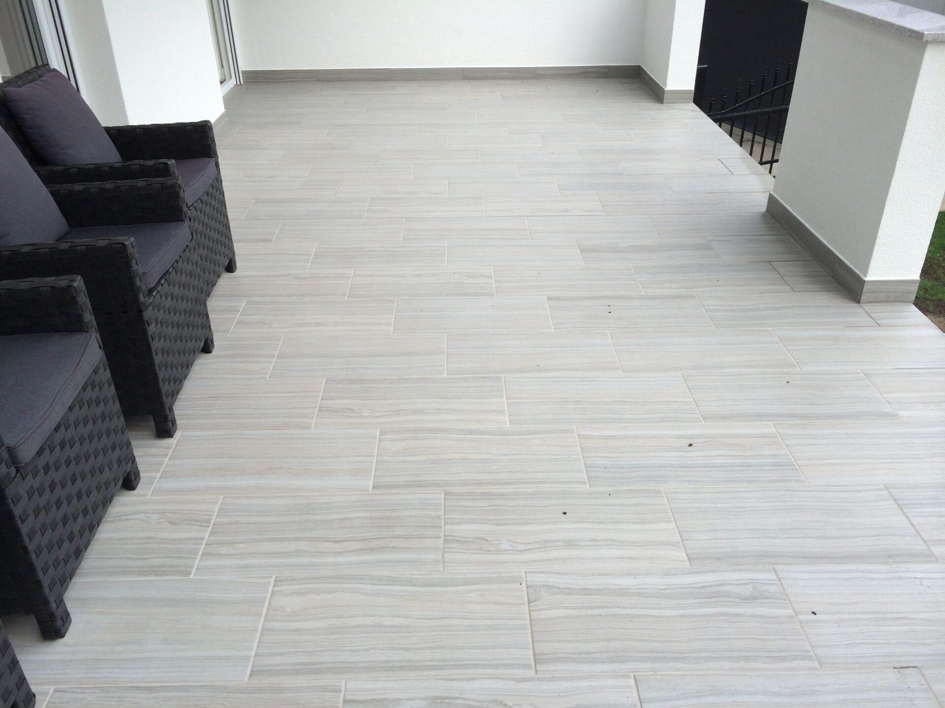 Polaganje talnih ploščic na teraso v beli barvi fug