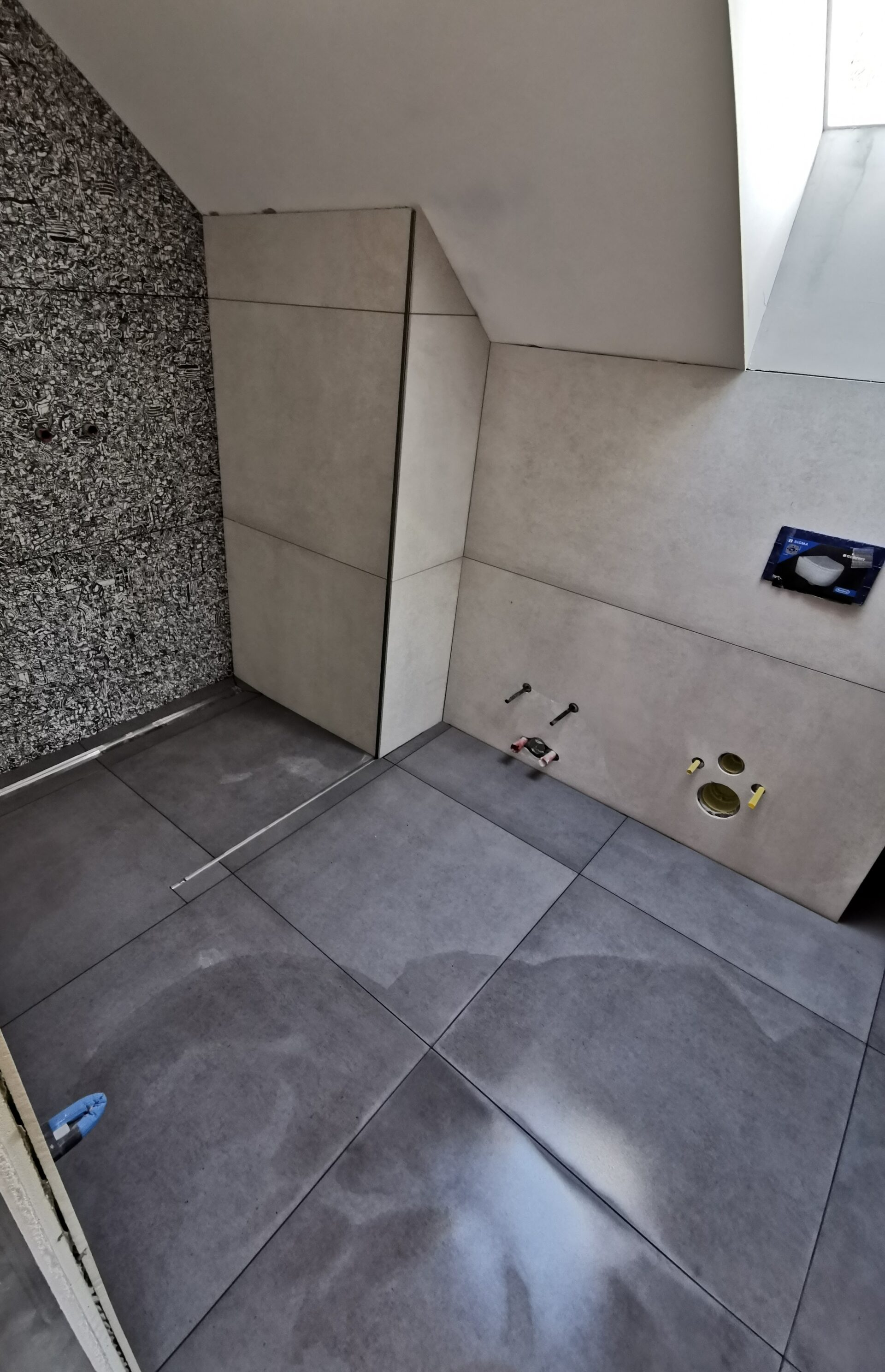 Polaganje keramike v kopalnici na stene in tla 11