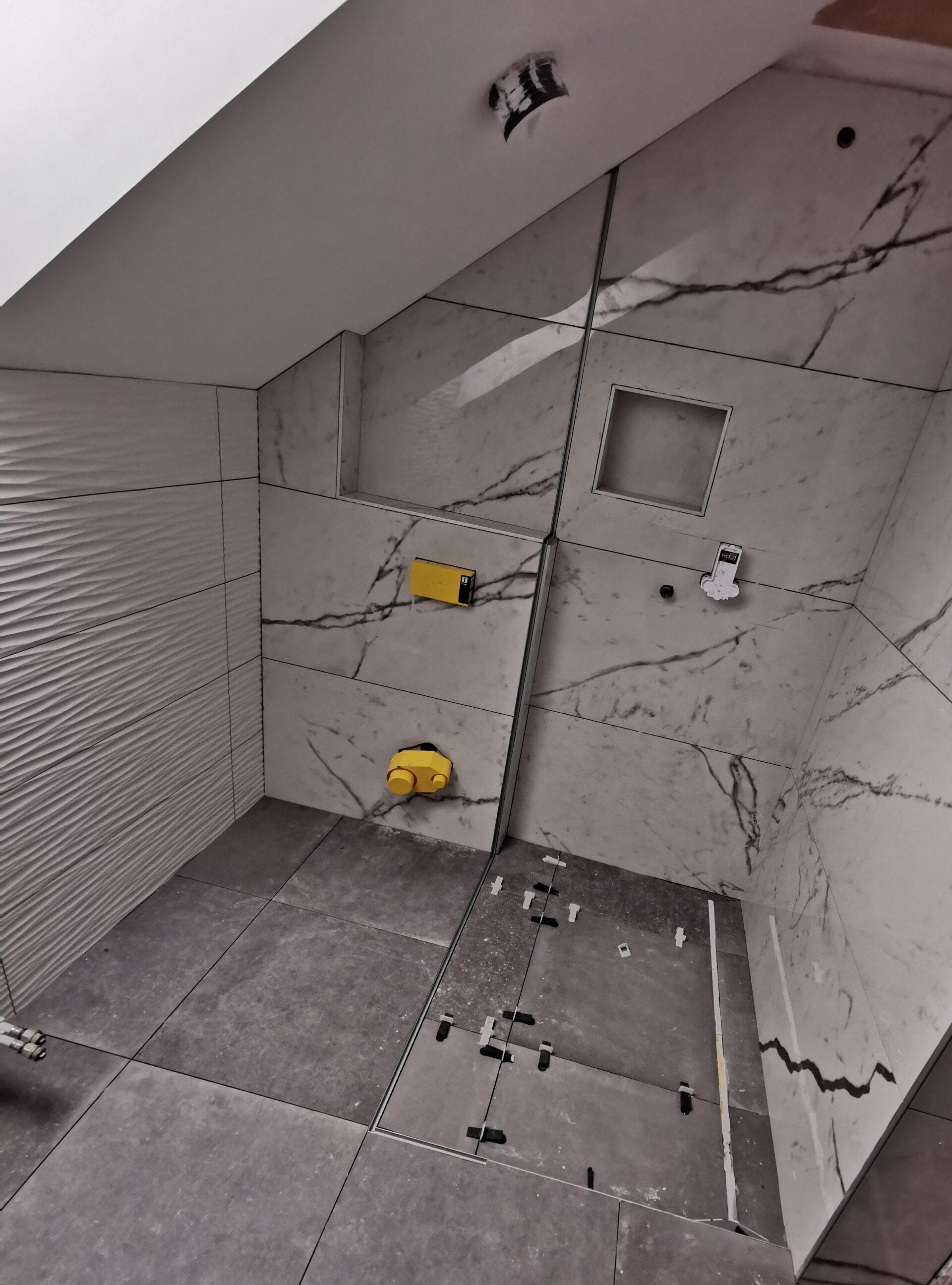 Polaganje keramike v kopalnici na stene in tla 21