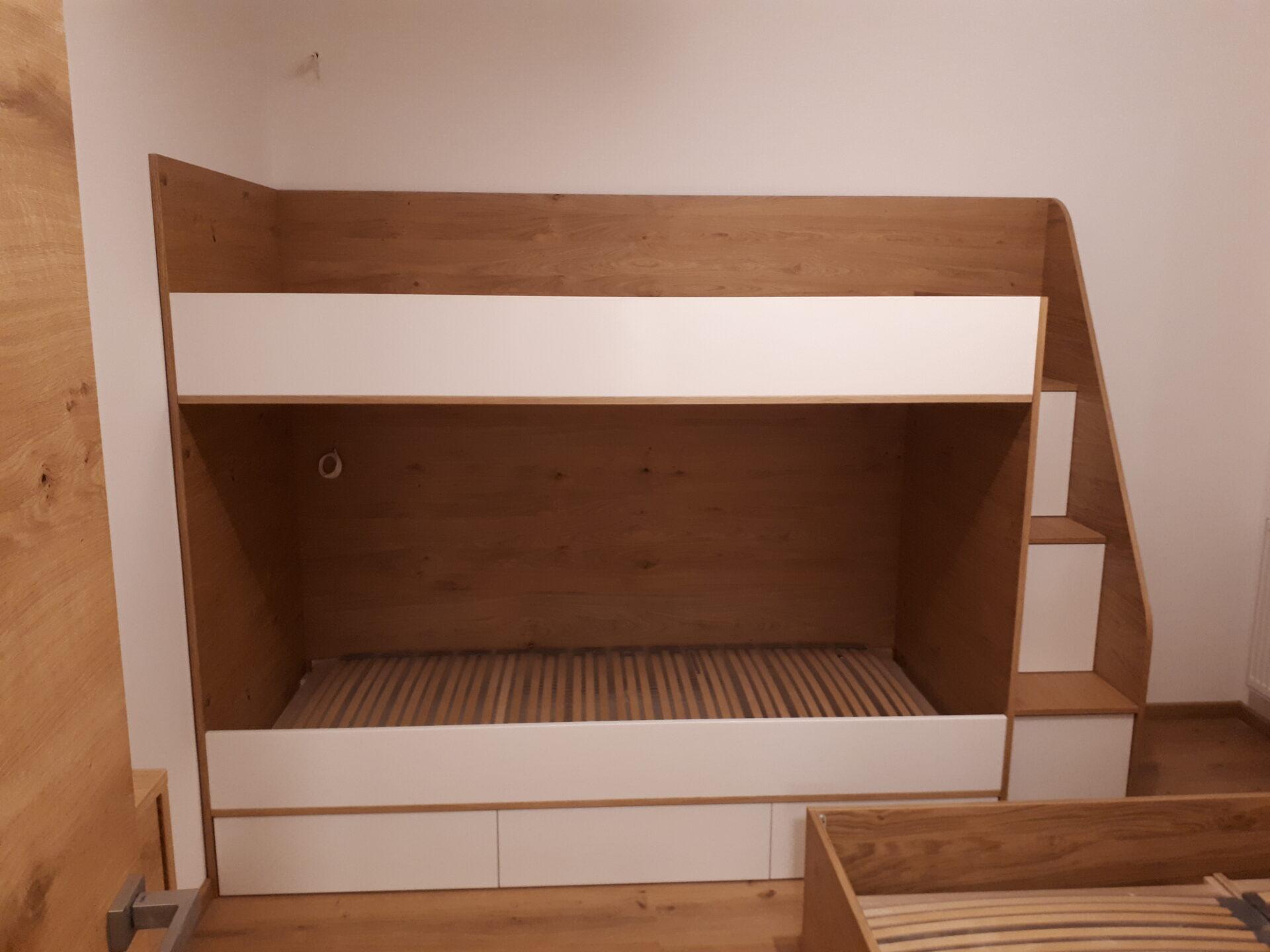 Vgrajene stopnice za pograd v otroški sobi