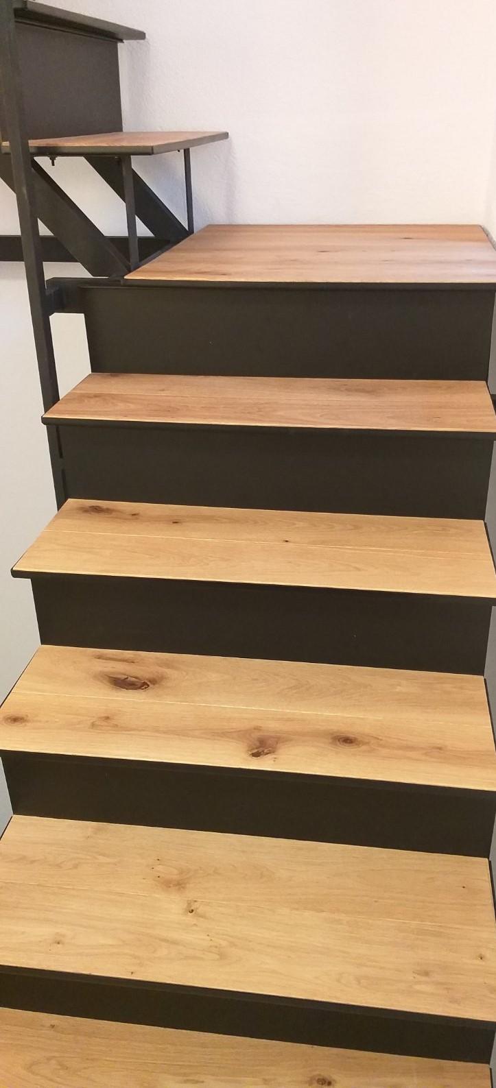 Polaganje lesenih pohodnih plošč na kovinske stopnice
