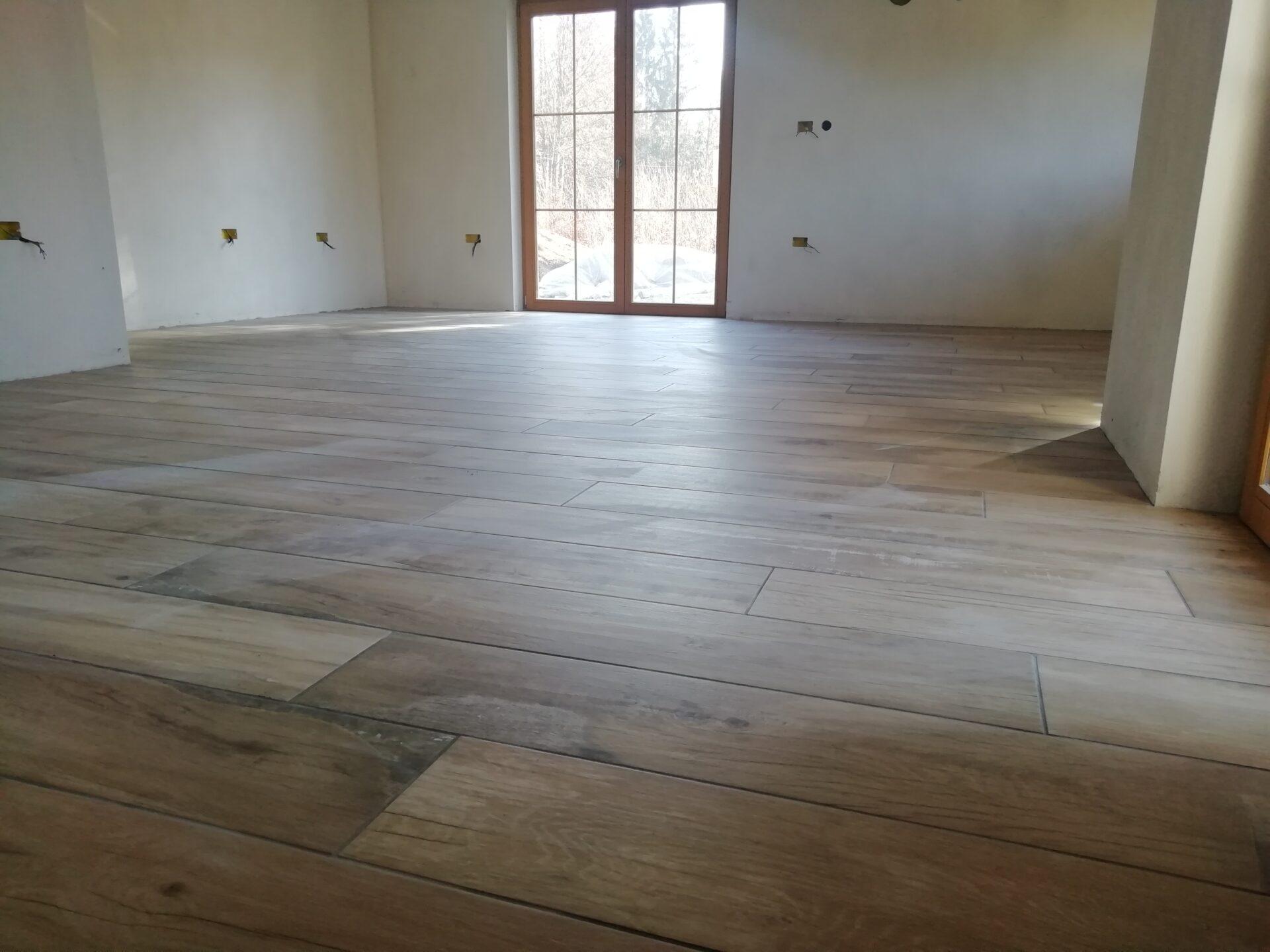 V dnevni sobi položena keramika v vzorcu lesenega poda