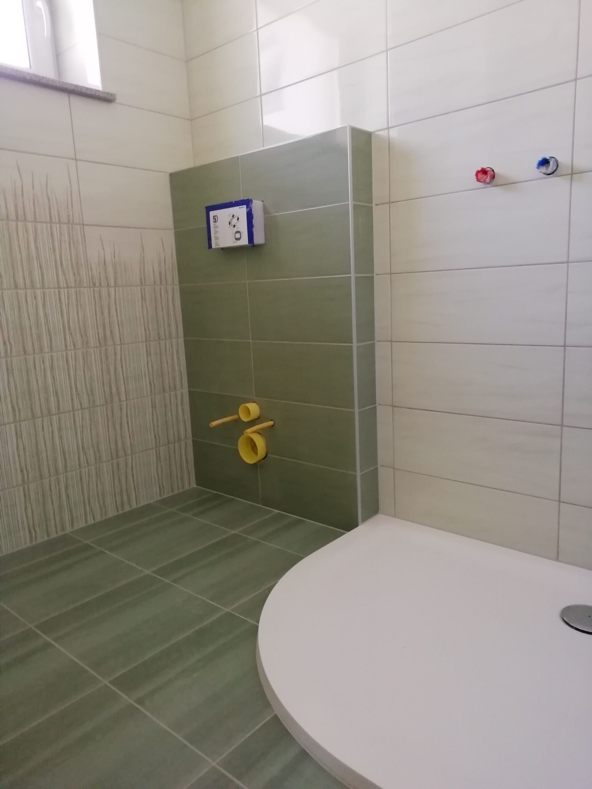 Položitev ploščic in priprava podlage za tuš kabino v kopalnici